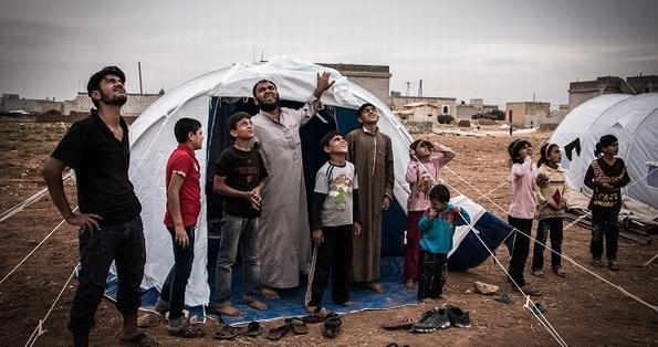 Displaced Syrians near Aleppo watch Russian warplane (c) Karam Almasri/NurPhoto/Corbis